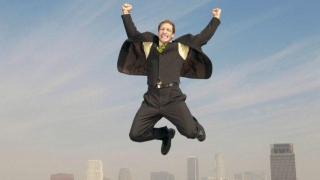 歓喜に浸るスーツの男性